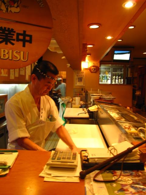 お寿司を握る職人
