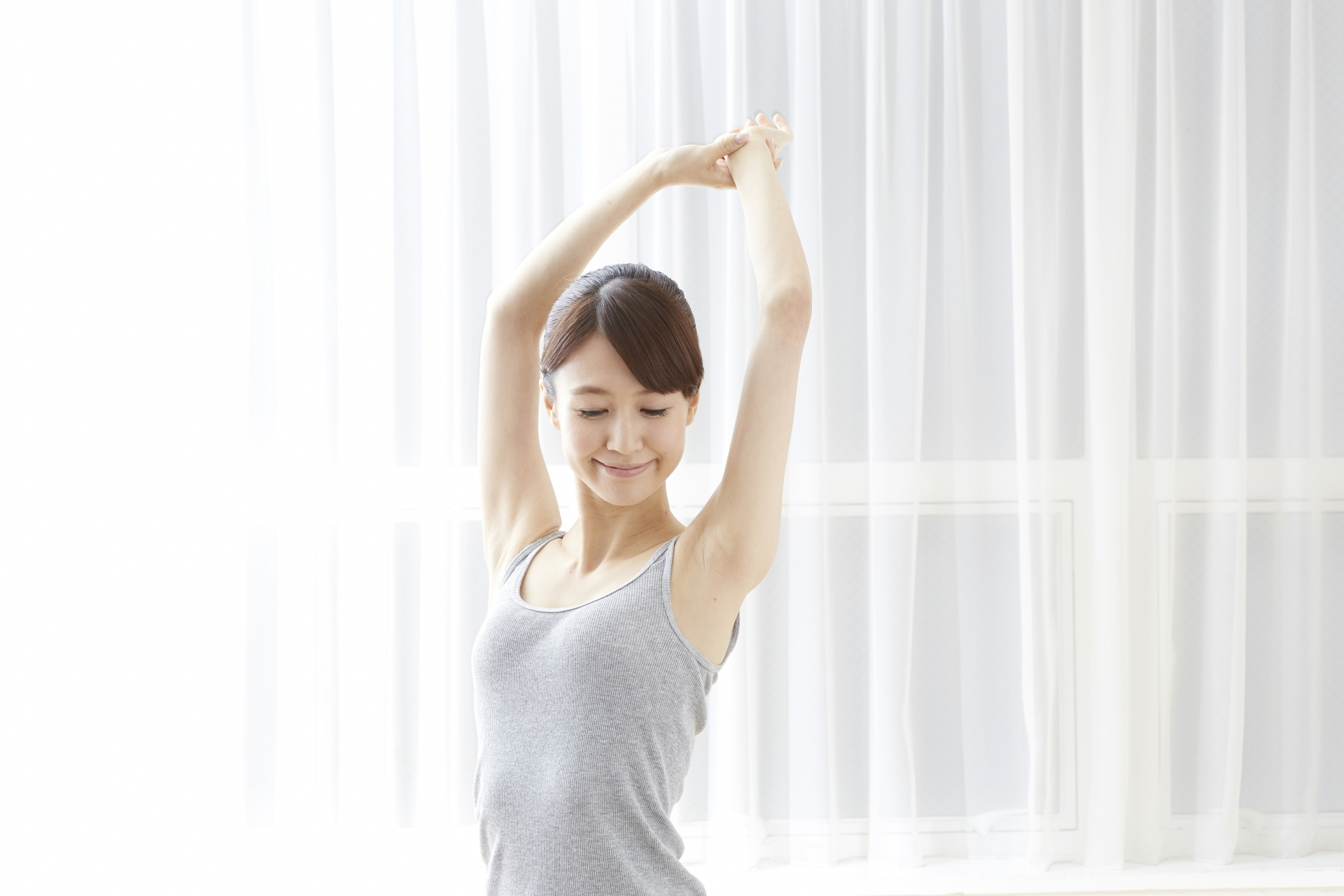 ストレッチをして体の調子を整える女性
