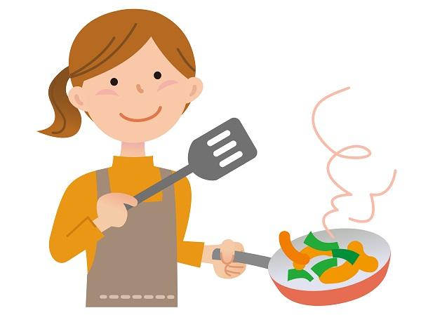 野菜炒めを作る女性