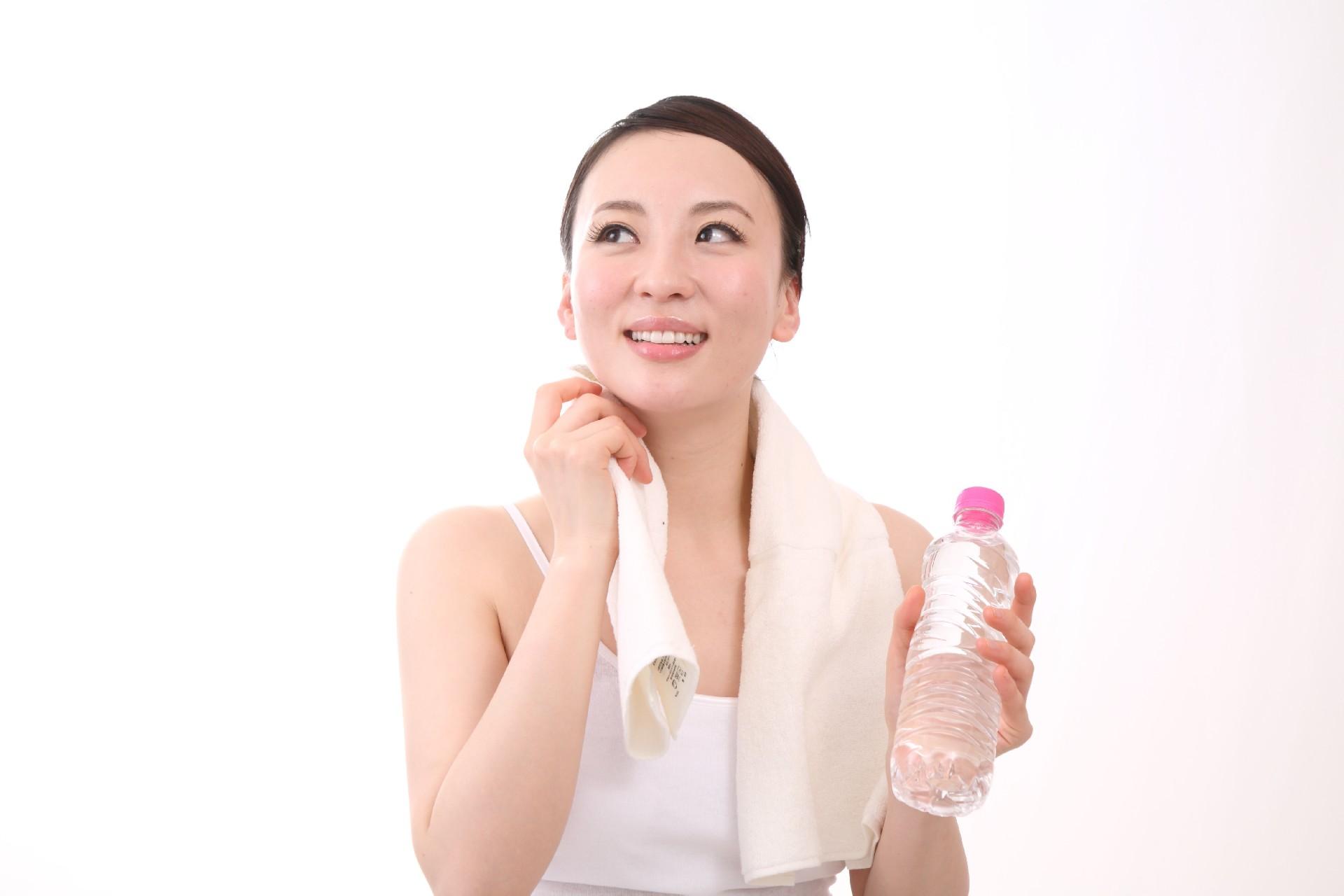 臭いの悩みや暑さ対策をする女性