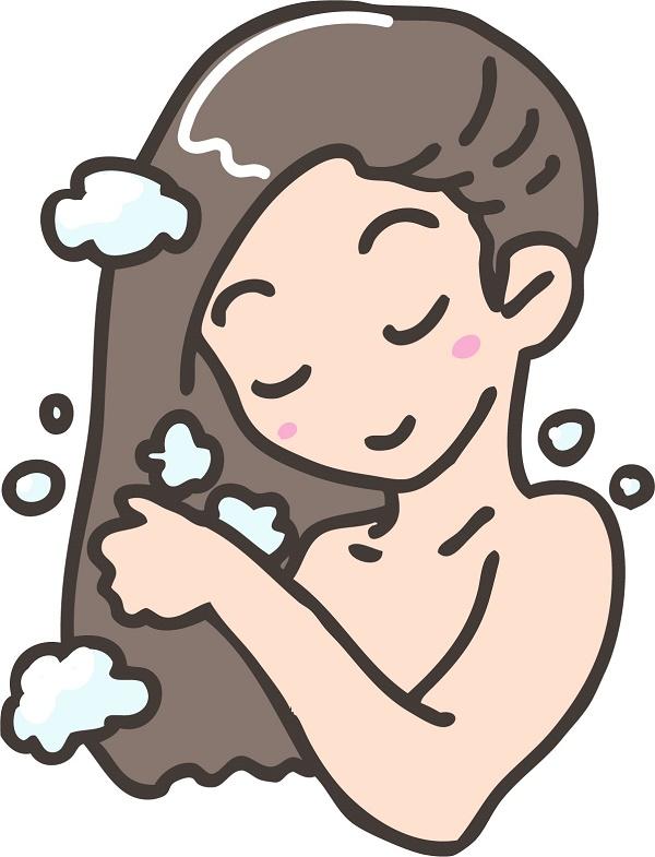 髪を洗っている女性